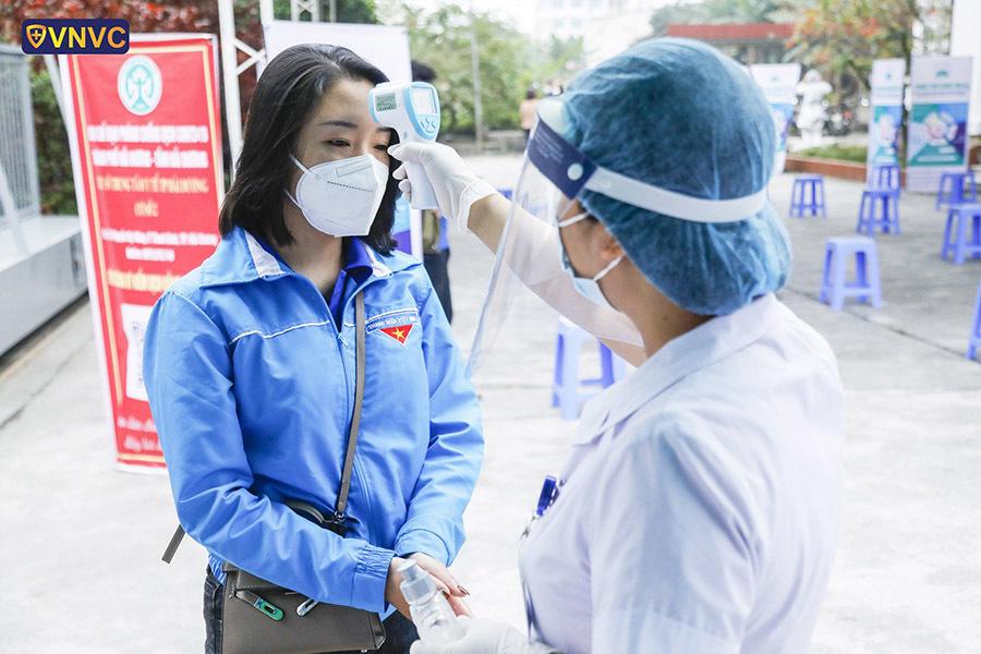 350 y bác sĩ TP.HCM xuất quân tiêm vắc xin Covid-19 cho người dân