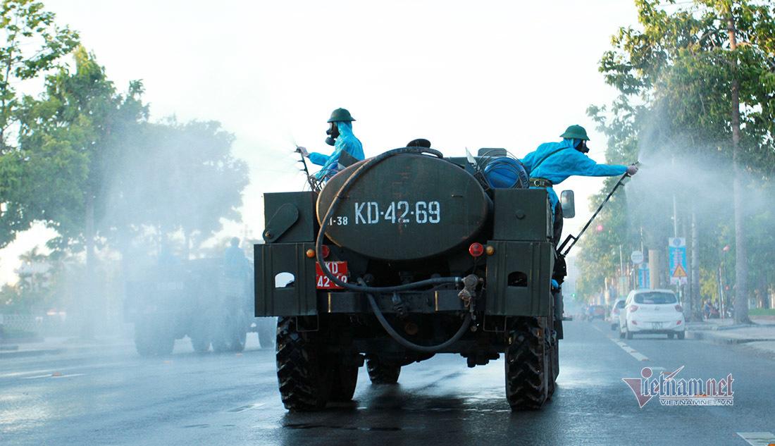 Bộ đội hóa học phun khử khuẩn nhiều tuyến đường ở TP Vinh
