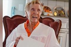 Cụ bà lấy bằng tốt nghiệp trung học ở tuổi 92