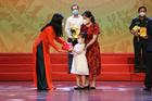 Bé gái 6 tuổi ở Hà Nội mang heo đất tiết kiệm ủng hộ quỹ phòng chống dịch