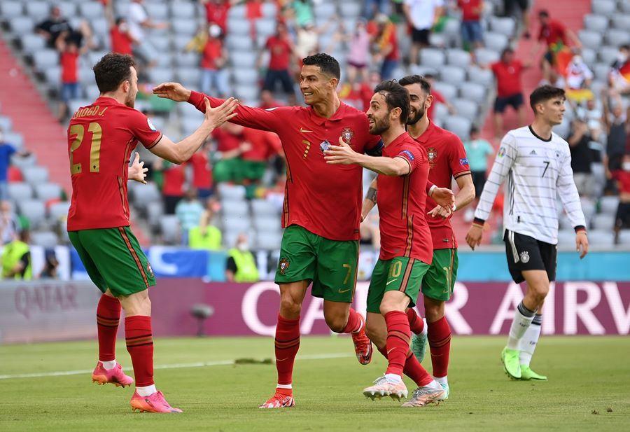 Ronaldo chạy 'xé gió' phá dớp trước Đức, lập kỷ lục khủng