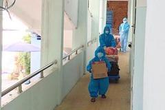 Bé trai 5 tuổi ở TP.HCM lon ton theo mẹ đến khu điều trị Covid-19
