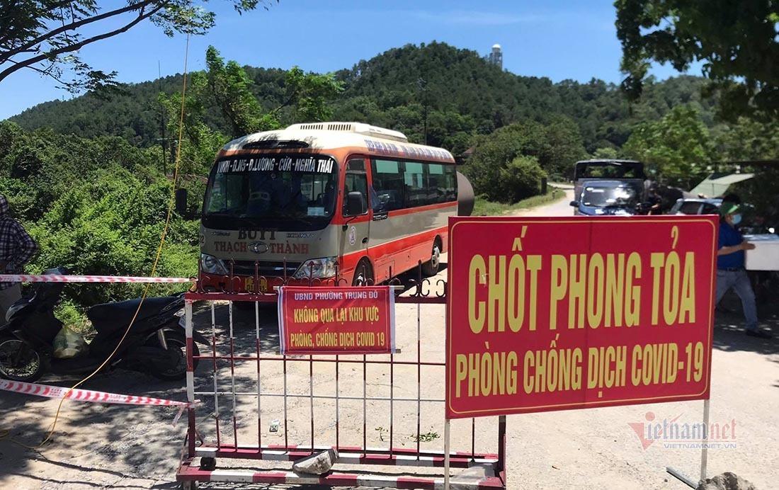 Xe buýt, container chống nắng đổ lửa cho CSGT tại điểm chốt TP Vinh