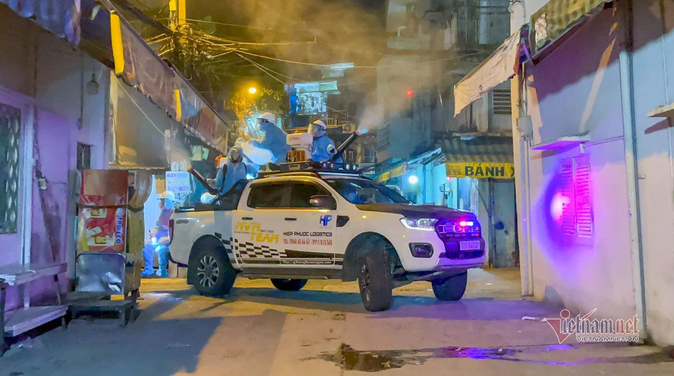 Dân chơi bán tải tình nguyện lái xe phun khử khuẩn khắp phố vào nửa đêm