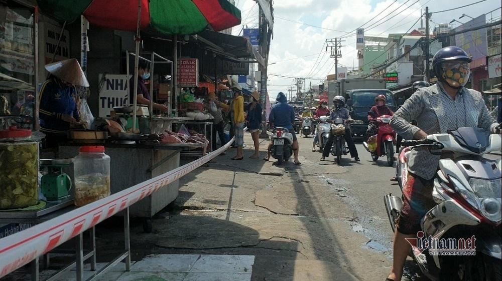 Bất chấp lệnh cấm, chợ tự phát ở TP.HCM nhộn nhịp 'kẻ bán, người mua'