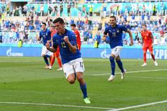 Italy chạm kỷ lục, dắt Xứ Wales vào vòng 1/8
