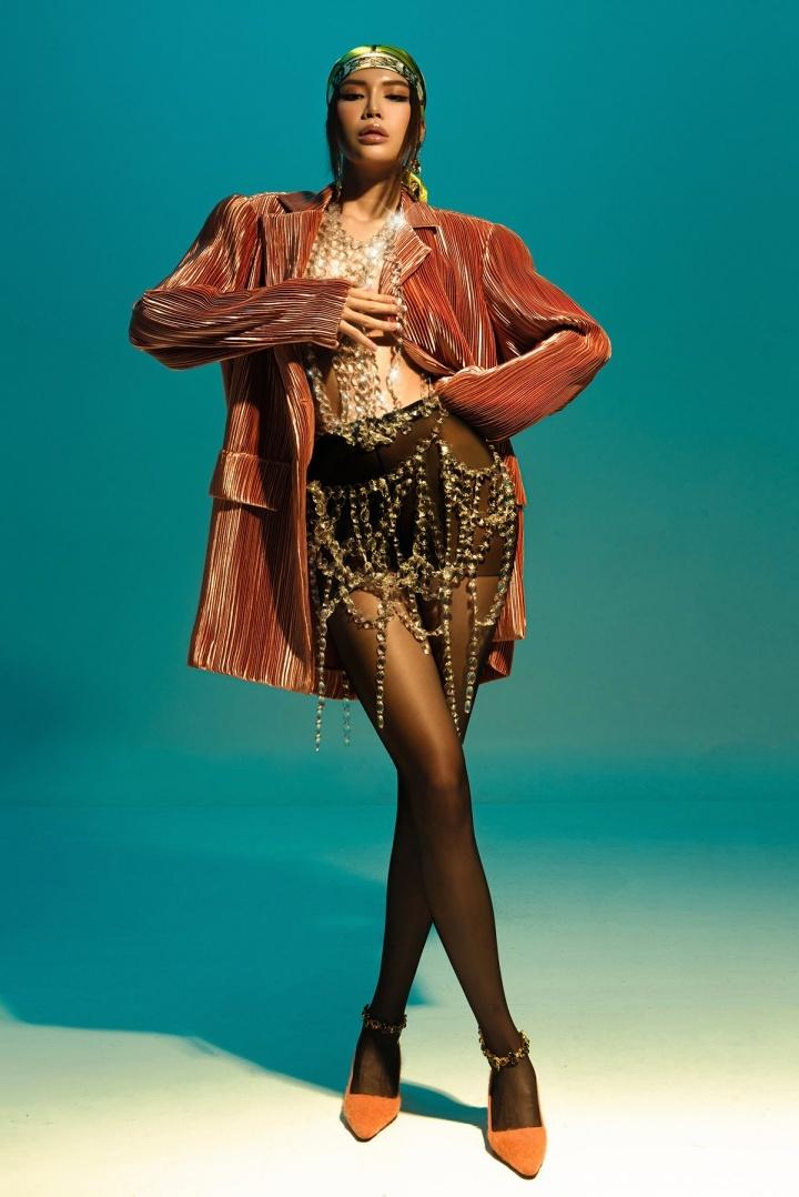 Angela Phương Trinh quyến rũ trong thiết kế đầm dài xẻ tà