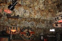 Quán bar 'hút' khách nhờ... dán hơn 46 tỷ đồng trên trần nhà