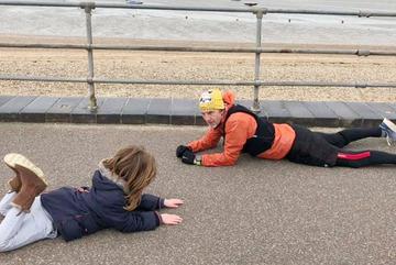 Hành động tử tế của người lạ trên phố với cậu bé tự kỷ