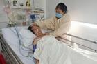 Mẹ già đột quỵ, con nai lưng bán vé số không gom đủ 60 triệu viện phí