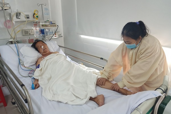 Mẹ già đột quỵ, con nai lưng bán vé số không gom đủ 60 triệu đồng viện phí