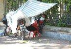 Người lao động vật lộn mưu sinh dưới cái nắng thiêu đốt ở Hà Nội