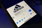 Nhiều người nhận được tin nhắn giả mạo adidas trên Facebook