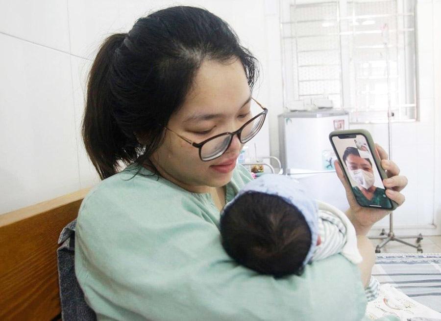 Bác sĩ ở tâm dịch gặp con gái mới sinh qua điện thoại: 'Bố xin lỗi con'