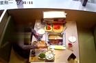 Người đàn ông thả gián vào nồi lẩu để lừa tiền nhà hàng