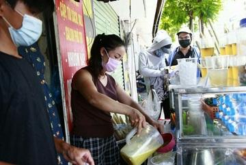 Nắng nóng, người dân kiếm tiền triệu nhờ bán nước giải khát