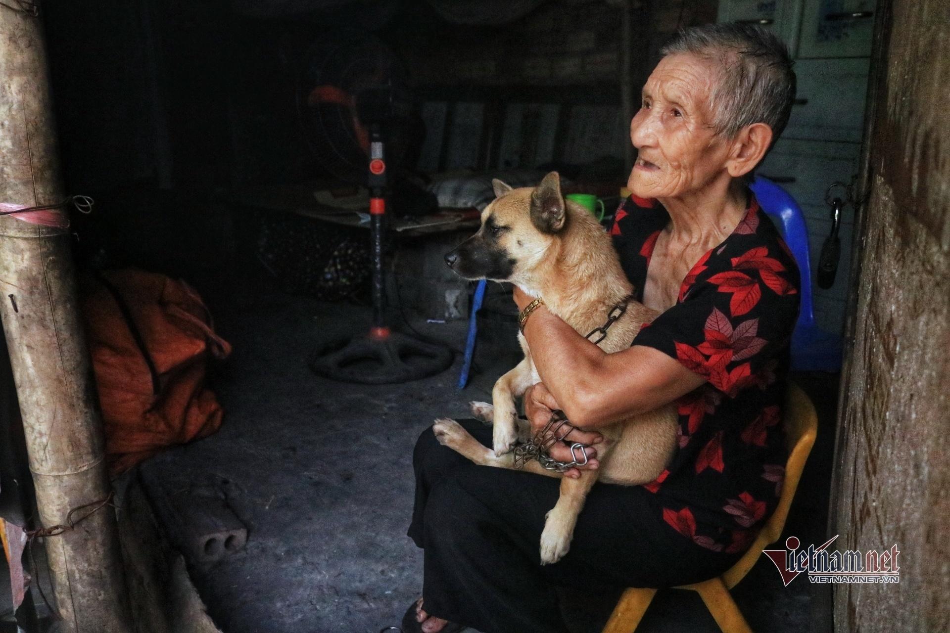 Người già nơi xóm nghèo Hà Nội, 'không chợp mắt được, nóng lắm, rát lắm'