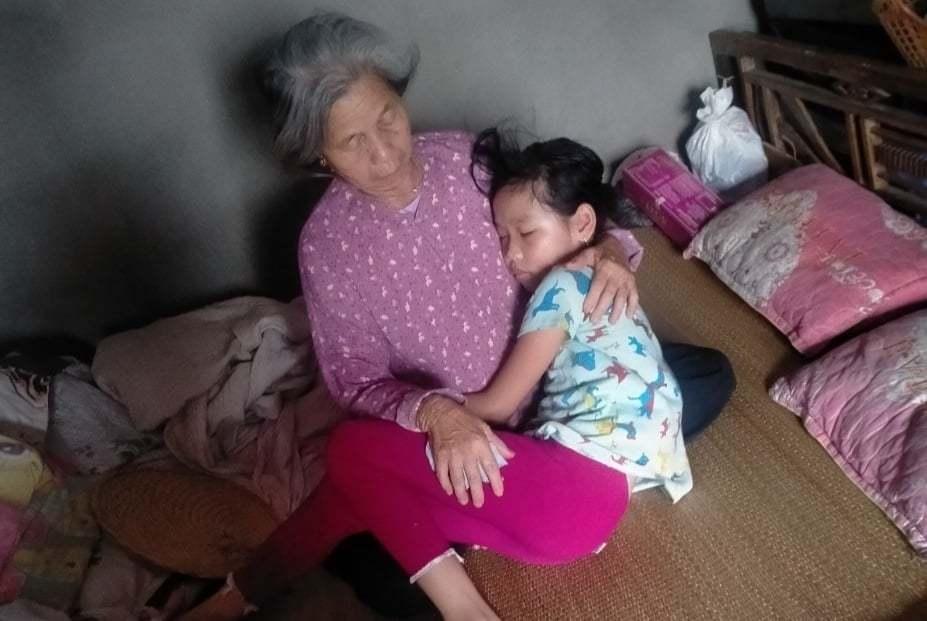 Bố mẹ mất do tai nạn, bé gái 9 tuổi vật vờ bên bà ngoại già yếu