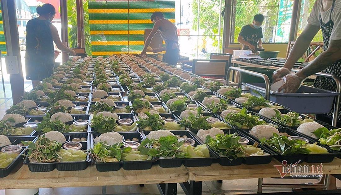 Vợ chồng trẻ ở Nghệ An nấu cả trăm suất cơm miễn phí cho lực lượng chống dịch