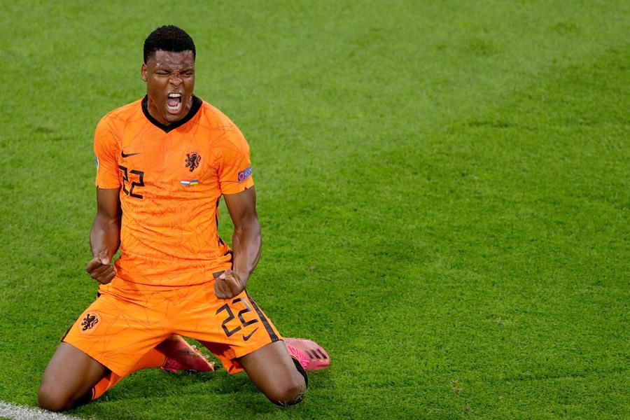 MU quan tâm Dumfries, Barca hỏi mua Ronaldo
