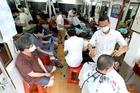 Salon kín khách, thợ tóc vỉa hè kiếm tiền triệu ngày đầu mở lại