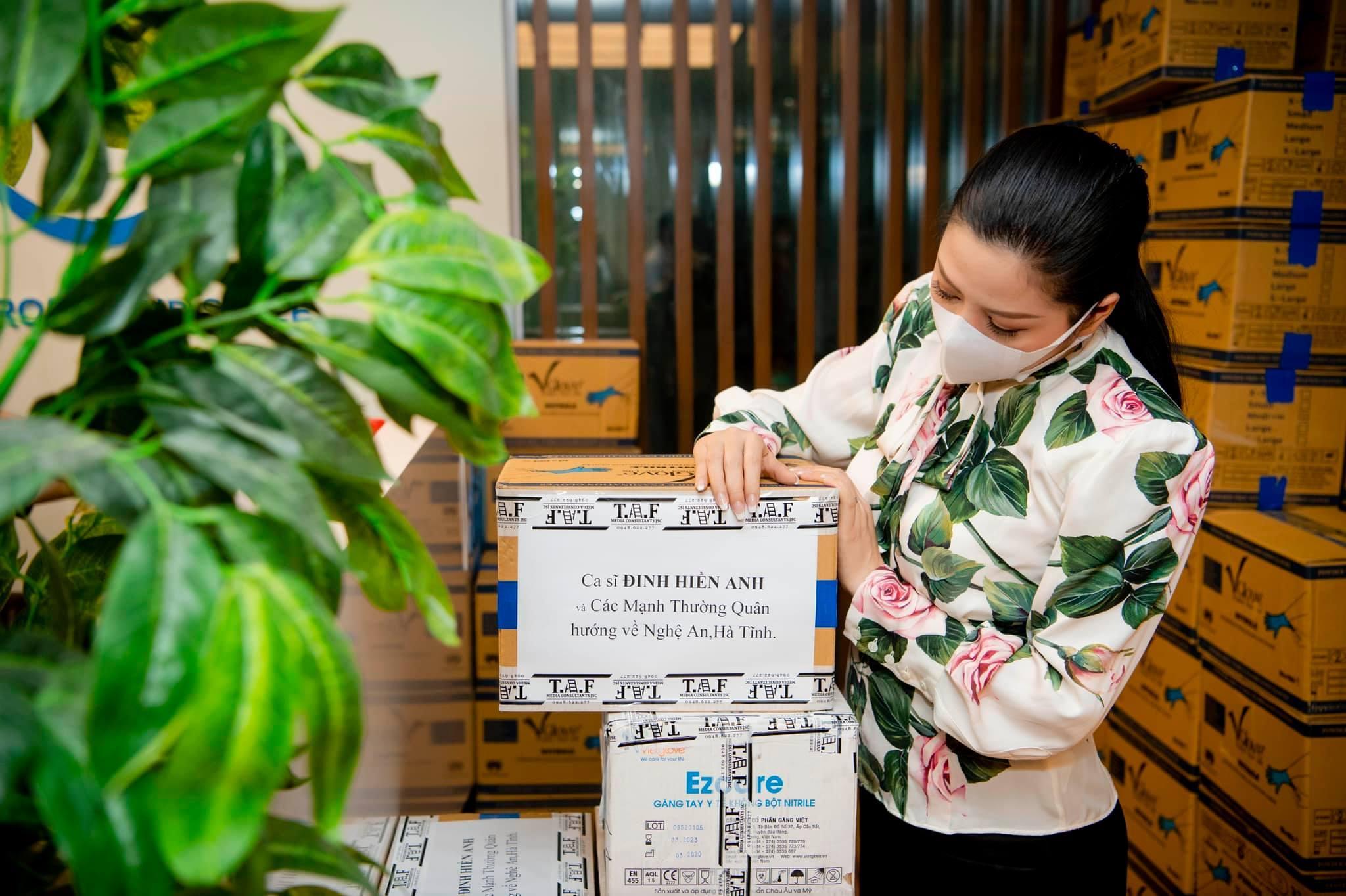 Đinh Hiền Anh ủng hộ vật phẩm 300 triệu đồng cho Nghệ An chống dịch