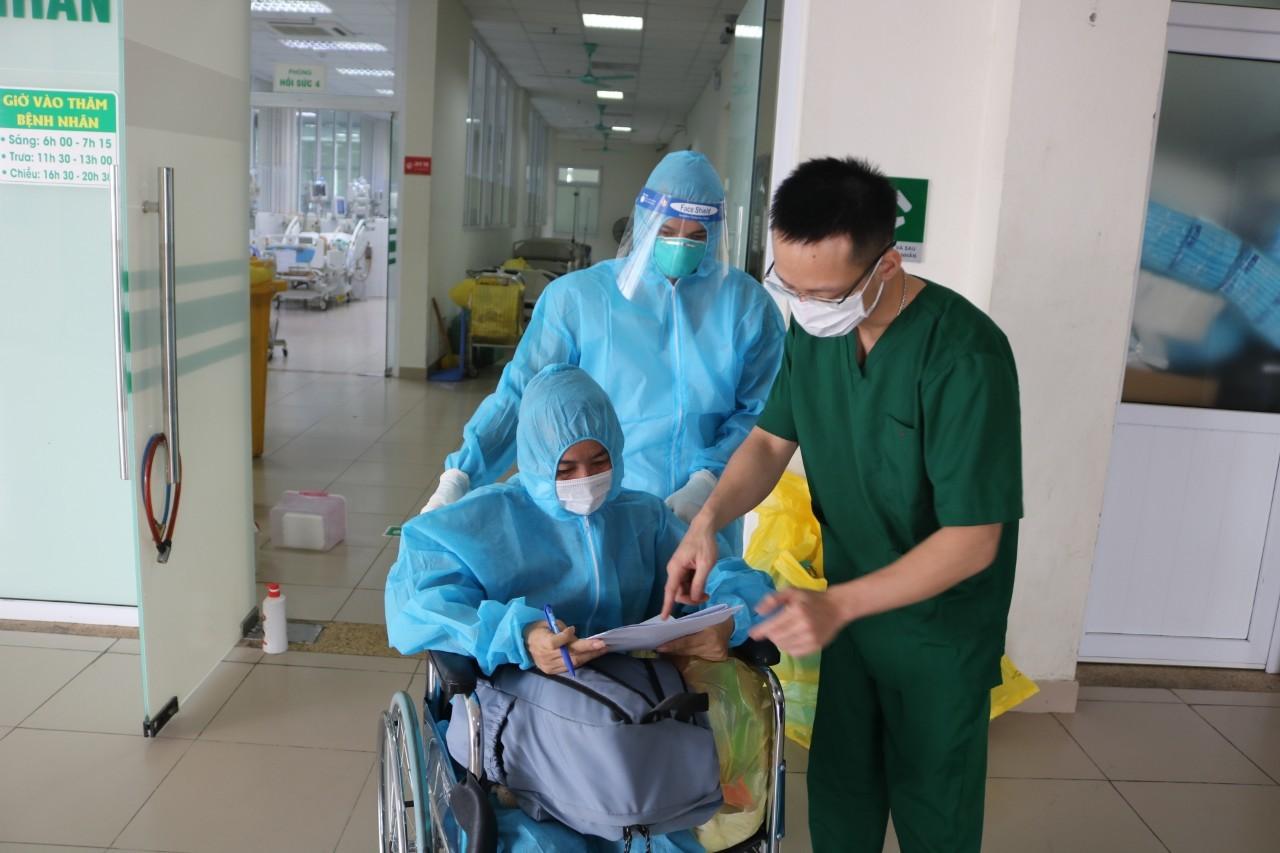 Nữ bệnh nhân 36 tuổi mắc Covid-19 nguy kịch được xuất viện