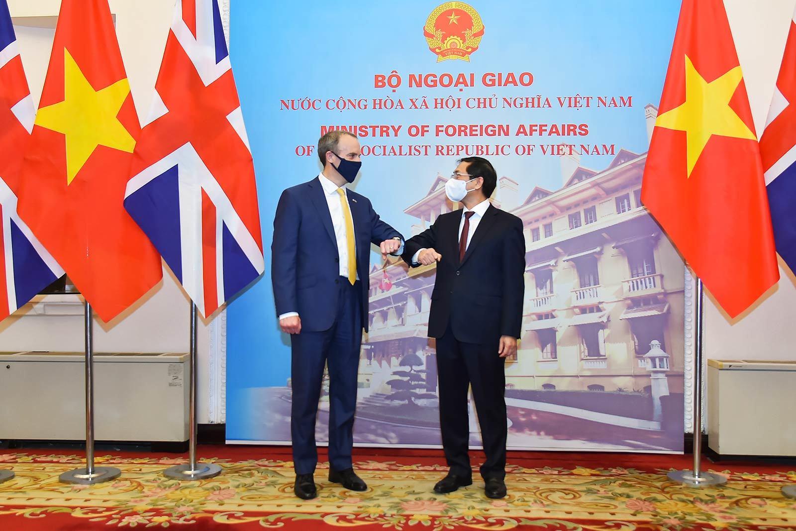 Bộ trưởng Ngoại giao đề nghị Anh hỗ trợ Việt Nam tiếp cận vắc xin Covid-19