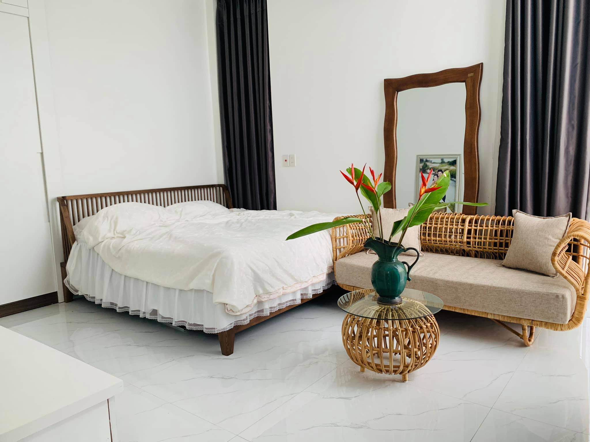 Phòng tắm lộ thiên, mái là giàn cây leo xanh mát trong ngôi nhà hộp 1 tầng