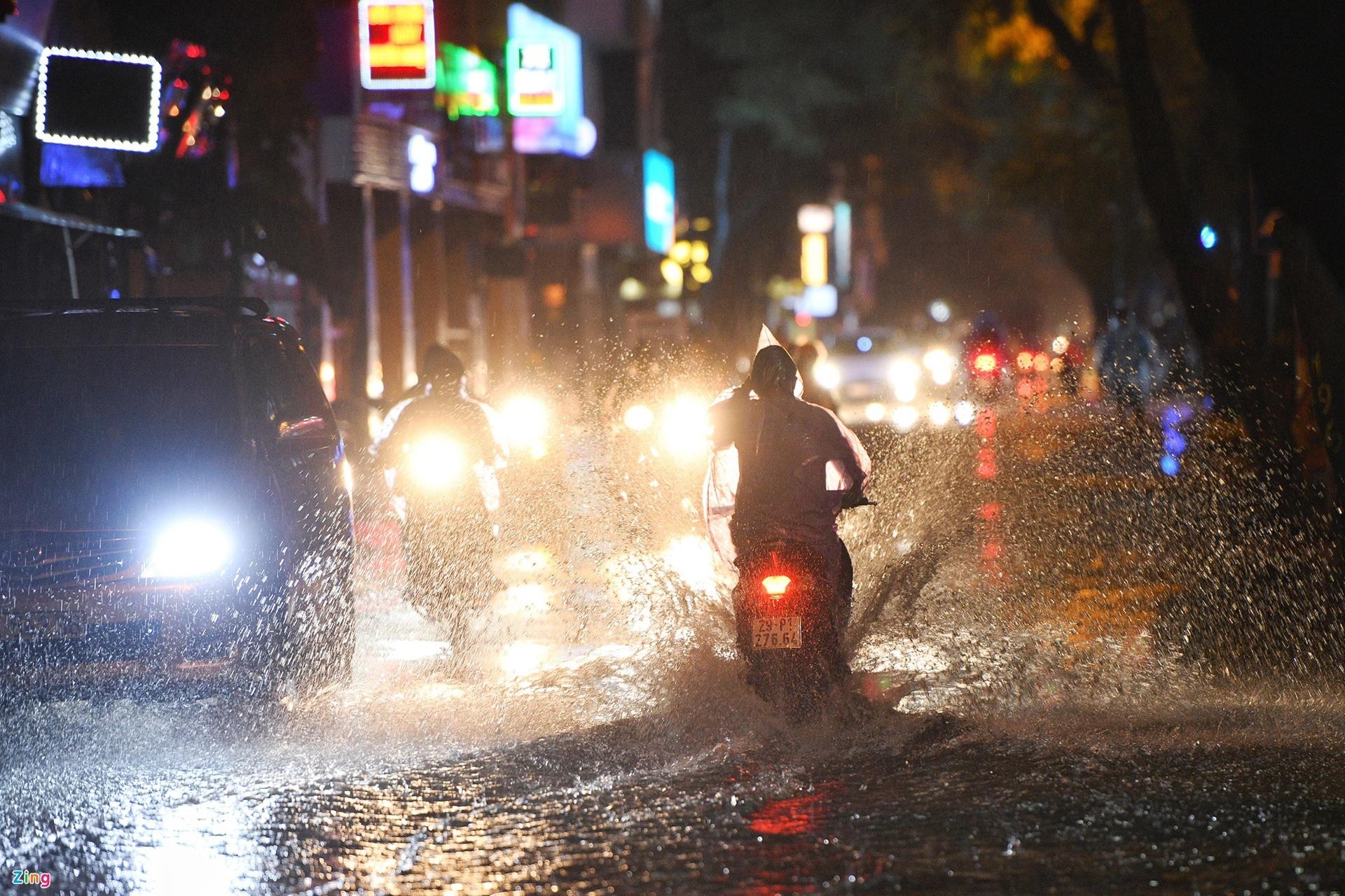 Mưa lớn, cây đổ khắp phố phường Hà Nội