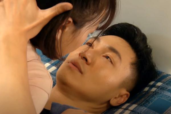 'Hương vị tình thân' tập 47, Long bị bà Dần đánh khi định ôm hôn Nam