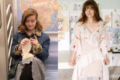 Cô dâu tự đan váy cưới trên tàu điện ngầm