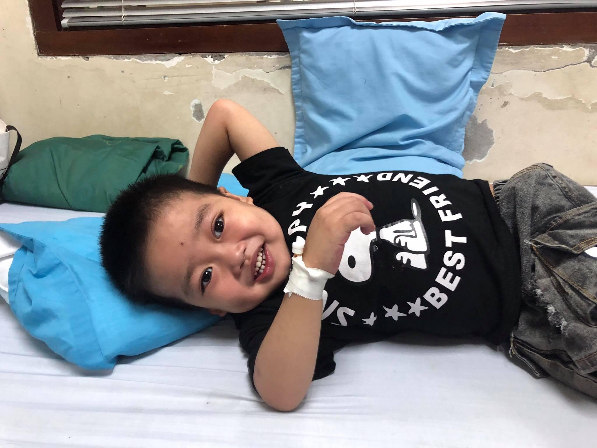 Bé trai 3 tuổi đau đớn vật vã do mắc căn bệnh lạ về máu