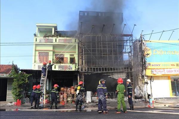 Cháy dữ dội tại trung tâm điện máy ở Phú Yên