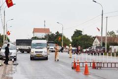 Gần 20 người trốn trong xe chở lợn qua chốt kiểm soát tại Quảng Ninh