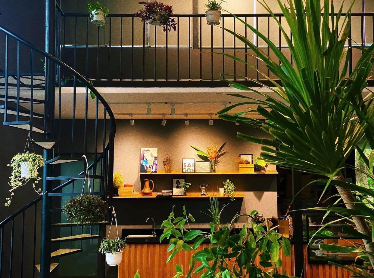 Biệt thự vườn dựng bằng sắt, trong nhà vẫn mát mẻ nhờ cây xanh bao phủ