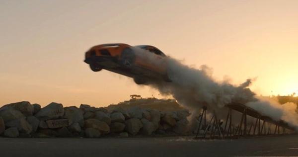 Hãng xe 'chơi lớn' quảng cáo ô tô 'bay trên trời' 30m