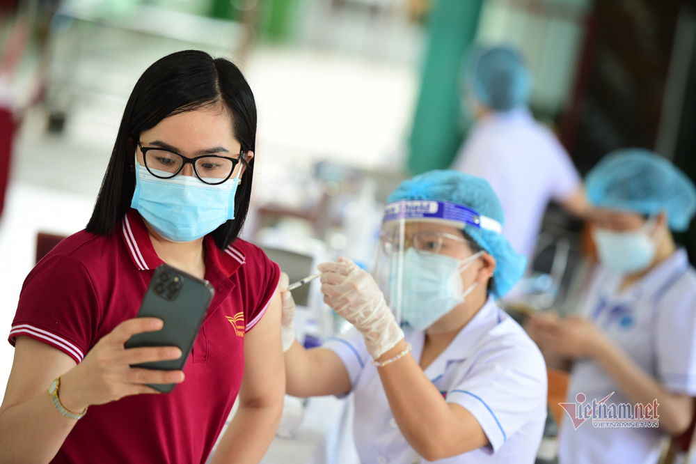 Đi tiêm vắc xin, người dân TP.HCM mách nhau 'thế cho an toàn'