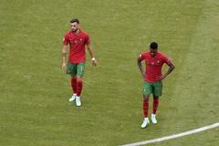 Mourinho mỉa mai Fernandes trước trận sống còn Bồ chiến Pháp