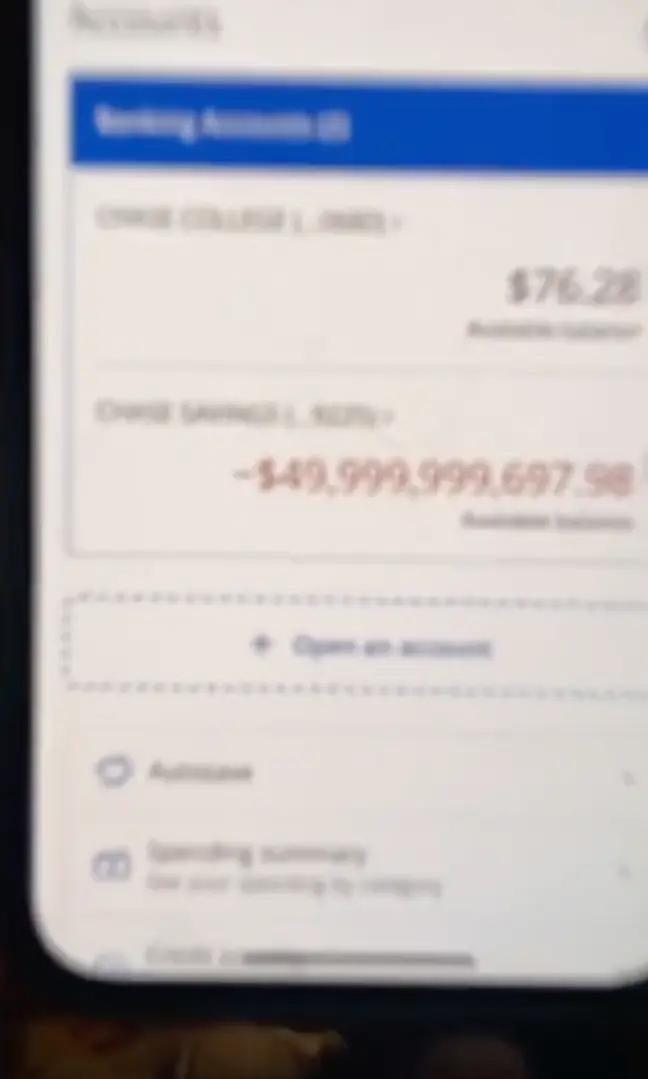 Cô gái choáng váng vì nợ 50 tỷ USD sau một đêm