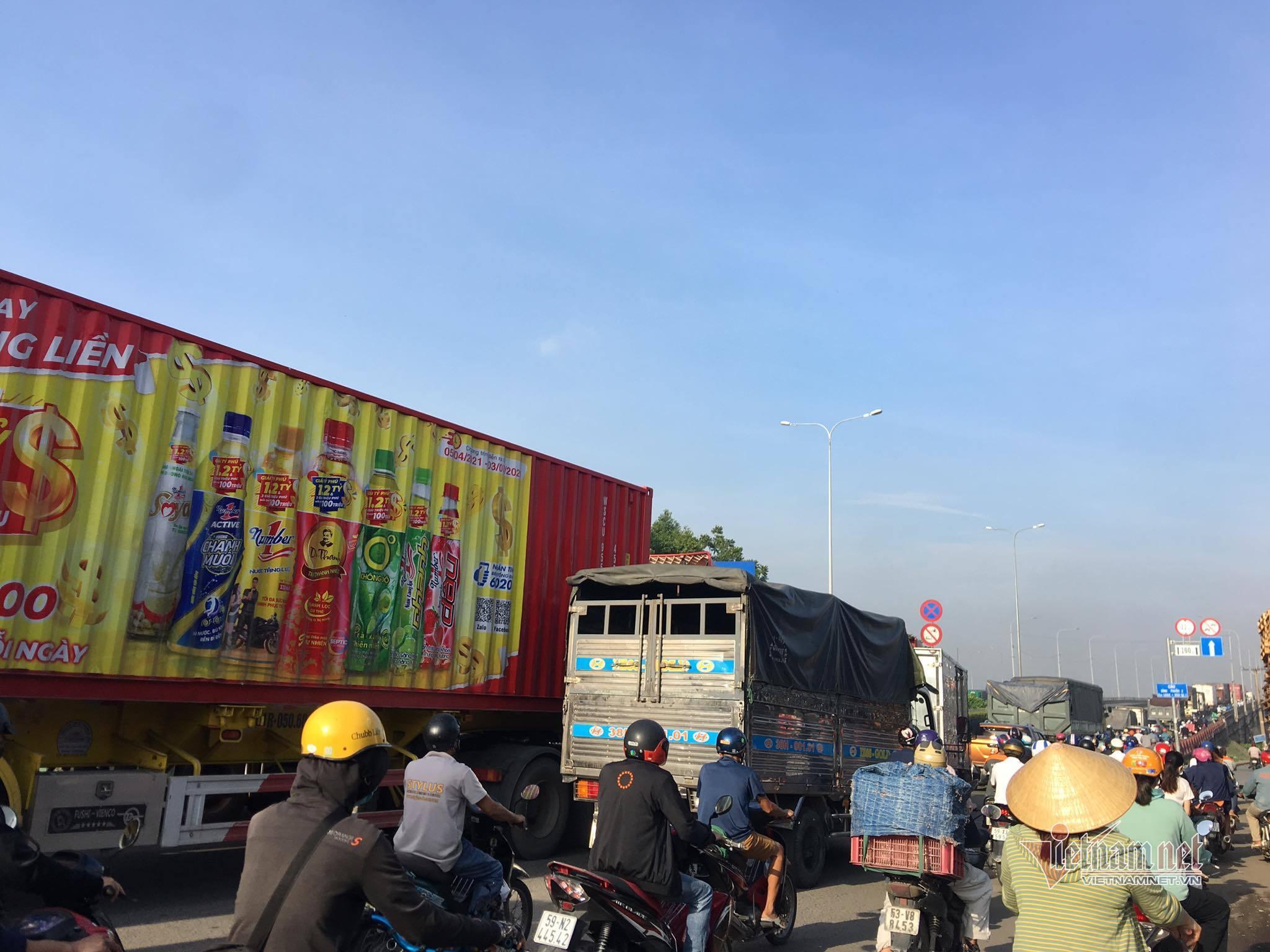 Xe container 'đại náo' quốc lộ 1, giao thông qua TP.HCM ùn tắc kéo dài