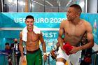 Khoảnh khắc hiếm ở EURO: Ronaldo và Mbappe vui vẻ đổi áo cho nhau