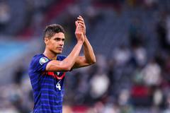 Varane đồng ý về MU, Chelsea mua Grealish