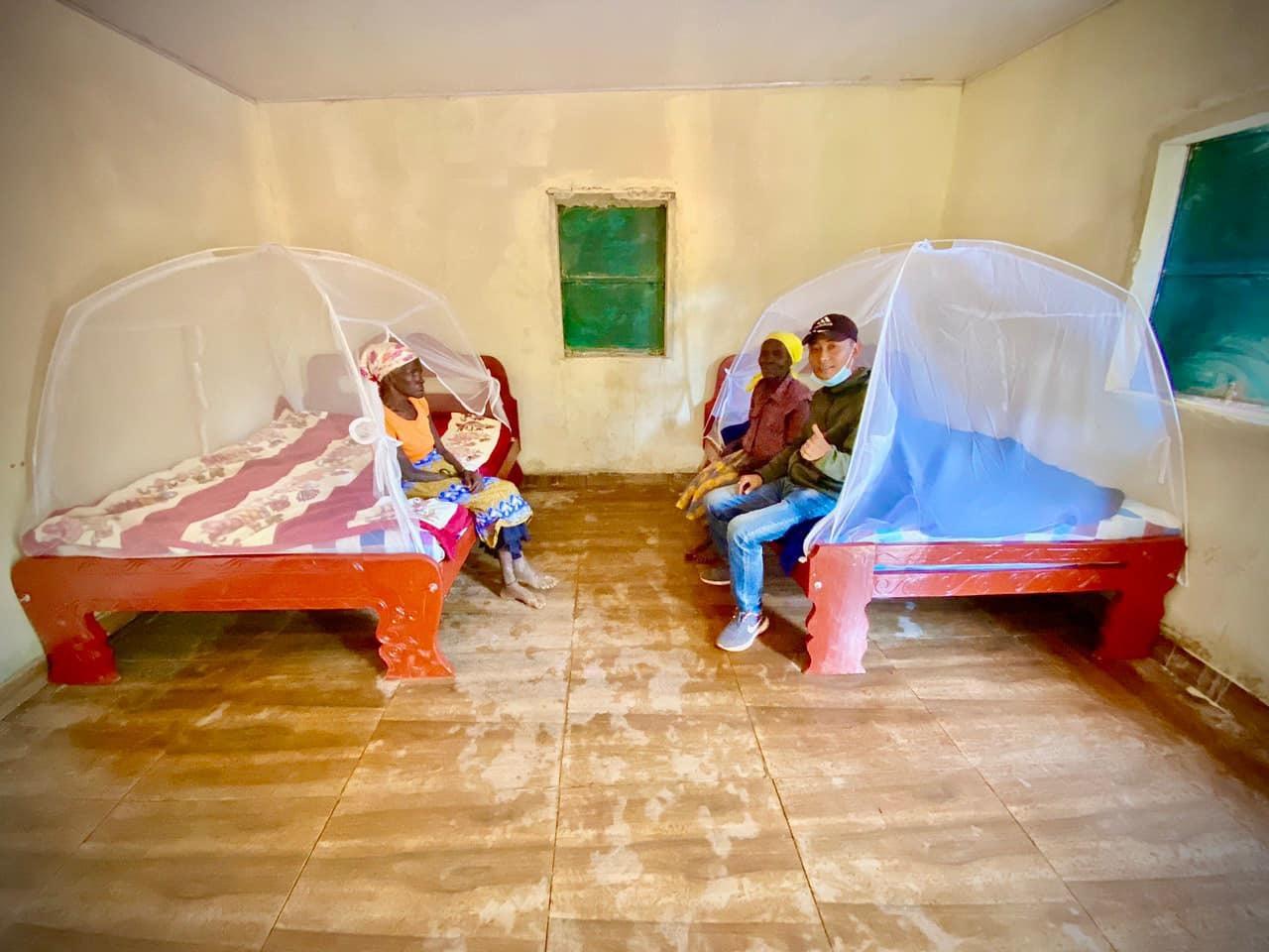 Chàng trai xứ Nghệ xây nhà cho hai bà cụ tại quê nghèo châu Phi