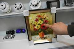 Phát hiện bị quay lén bằng camera gắn trong món quà sếp tặng