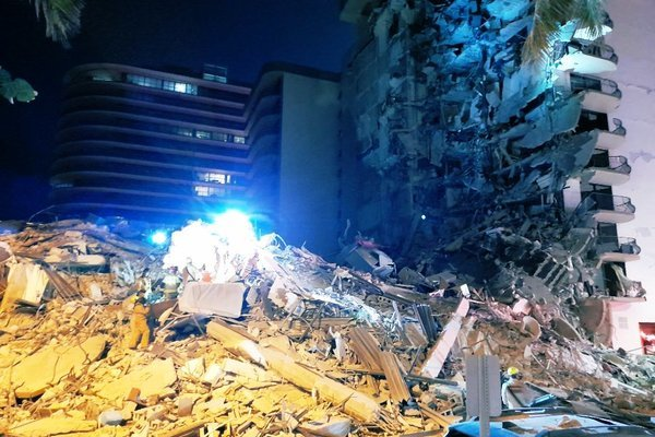 Tòa nhà 12 tầng ở Mỹ bất ngờ đổ sập giữa đêm