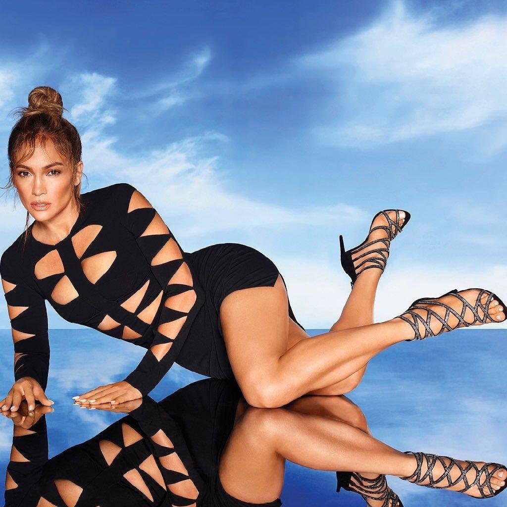 Jennifer Lopez tuổi 52 vẫn vô cùng nóng bỏng