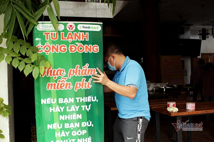 'Tủ lạnh cộng đồng' giữa Sài thành khiến bao người xúc động