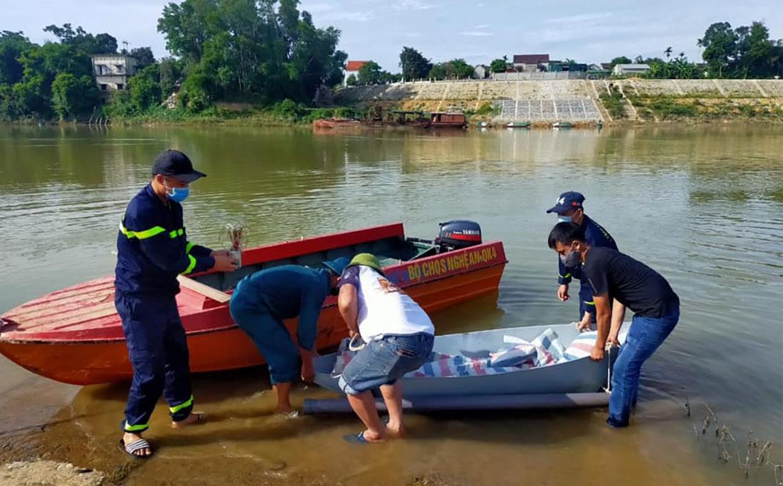 Tìm thấy thi thể 2 mẹ con ôm nhau dưới ao, xe máy nằm trên bờ