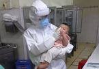 Cả gia đình mắc Covid-19, bé 7 tháng được bác sĩ coi như con